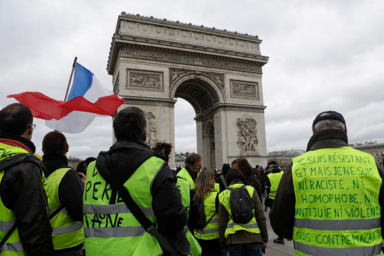 """Des """"gilets jaunes"""", devant l'Arc de Triomphe lors de la manifestation du samedi 16 mars 2019, à Paris"""