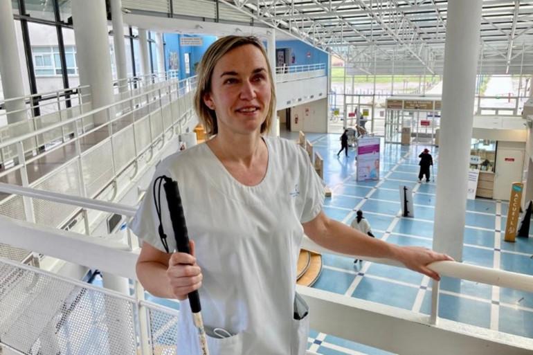 Non-voyante, Anne Sophie Centis travaille en tant que kinésithérapeute à l'hôpital pédiatrique Jeanne de Flandre à Lille