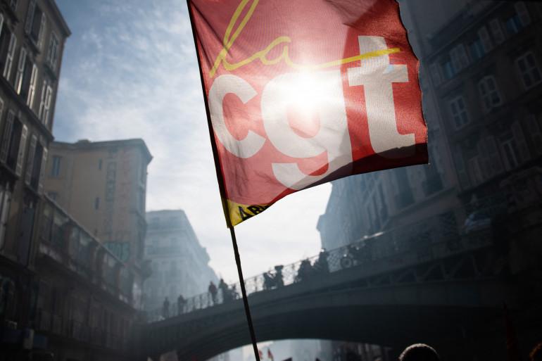 Des manifestants brandissaient des drapeaux syndicaux CGT alors qu'ils participent à une manifestation contre le projet du gouvernement de réformer le système de retraite du pays à Marseille, le 6 février 2020.
