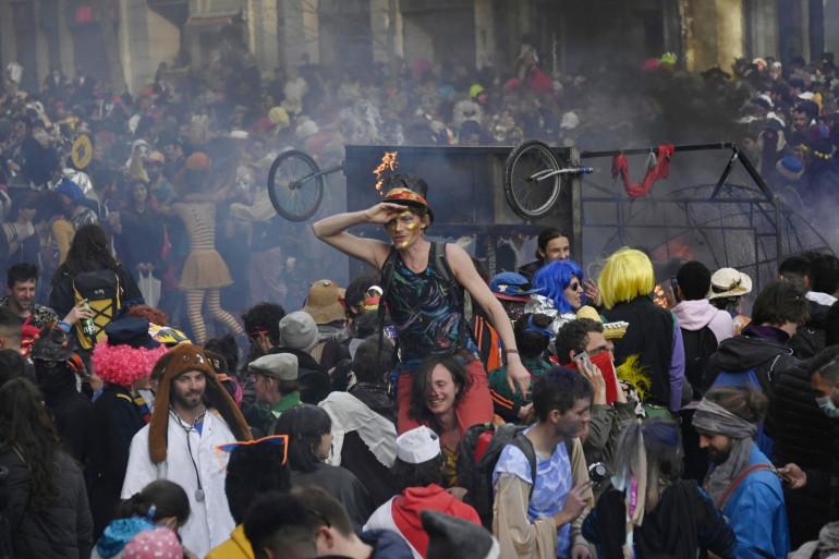Un carnaval non déclaré s'est tenu à Marseille, le 22 mars, avec un faible respect des gestes barrières
