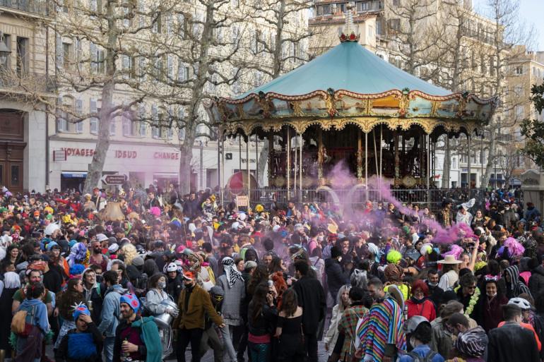 Des milliers de personnes profitent d'un carnaval improvisé et non autorisé rue Canebiere, à Marseille, dans le sud de la France, le 21 mars 2021.