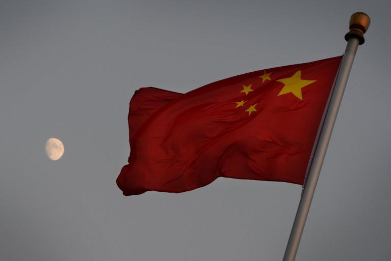 Un drapeau chinois flottant dans le ciel (illustration)