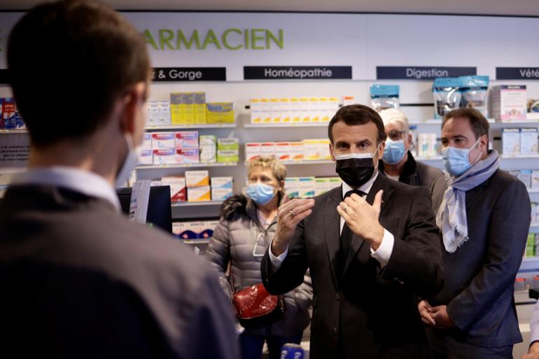 Emmanuel Macron dans un centre de vaccination à Valenciennes, le 23 mars 2021