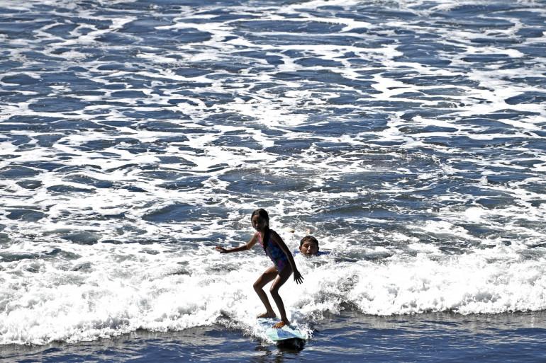 Une surfeuse sur une plage salvadorienne (illustration)