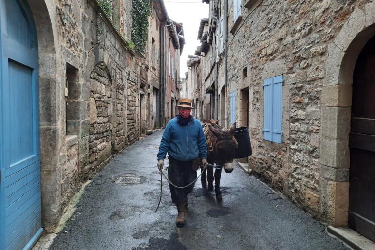 François et son âne Léon, ramasseur d'ordures.