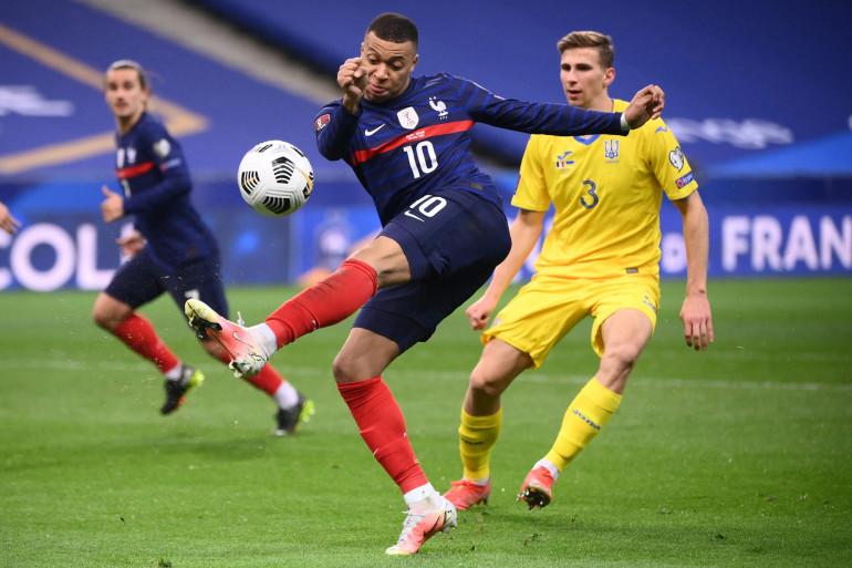 Kylian Mbappé rate une reprise de volée face à l'Ukraine le 24 mars 2021 au Stade de France