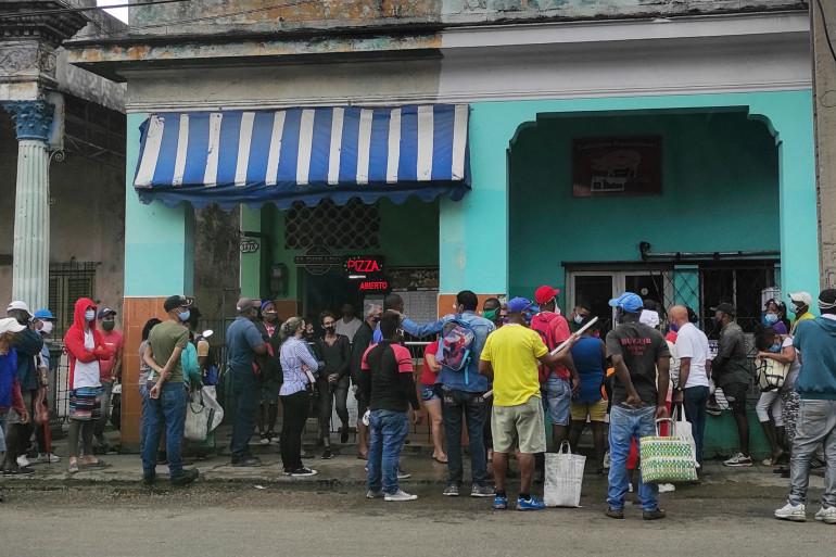 En pleine pandémie, des Havanais font la queue pour acheter de la nourriture à La Havane à Cuba, le 22 mars 2021.