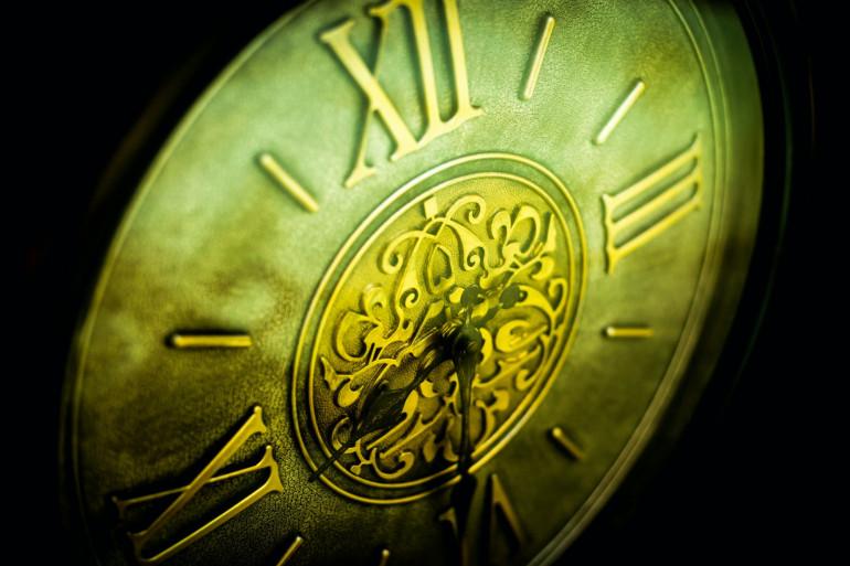 Des chiffres romains inscrits sur une horloge