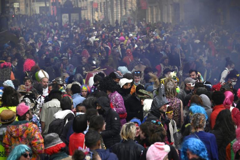 Des gens en costumes profitent d'un carnaval non autorisé à Marseille, sans geste barrière, le 21 mars 2021. (Illustration)