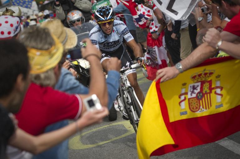 Le drapeau espagnol devant Alberto Contador sur le Tour de France 2011