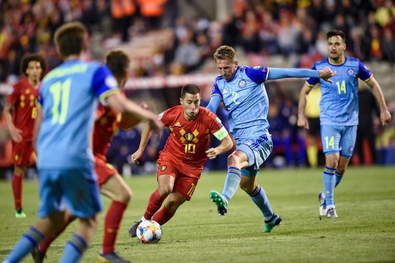 Sergei Maliy au duel avec Eden Hazard lors de Belgique-Kazakhstan le 8 juin 2019 à Bruxelles (3-0)