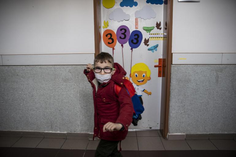 Un enfant vêtu d'un masque dans une école. (Illustration)