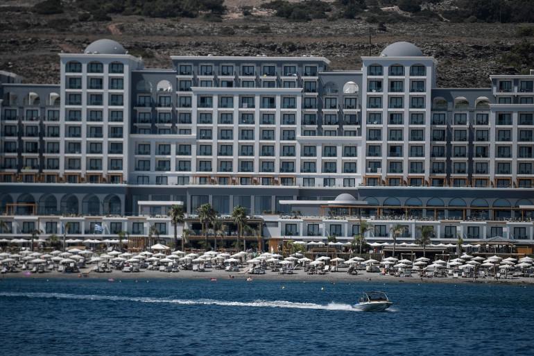 Une plage devant un hôtel sur l'île de Rhodes (illustration).