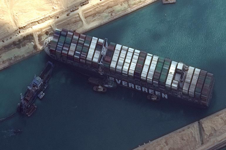 Le navire bloqué dans le canal de Suez