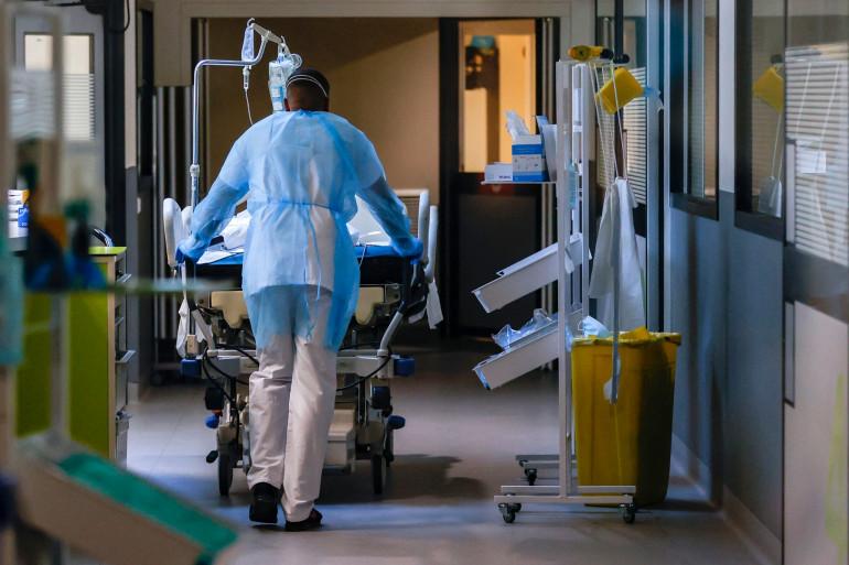 Un patient infecté par le Covid-19 dans une unité de soins intensifs de l'hôpital Delafontaine à Saint-Denis, le 29 mars 2021.