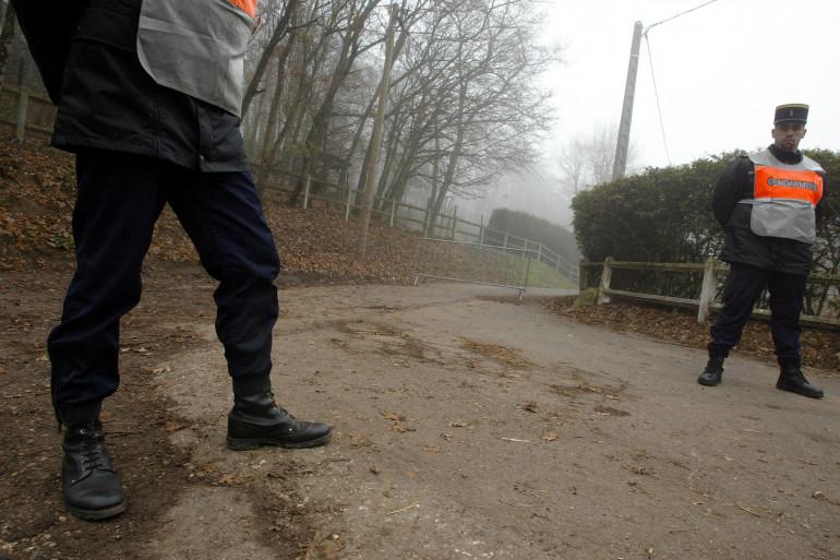 Des gendarmes à l'entrée du chemin menant à la propriété de Jean-Pierre Treiber principal suspect de l'affaire Giraud-Lherbier.