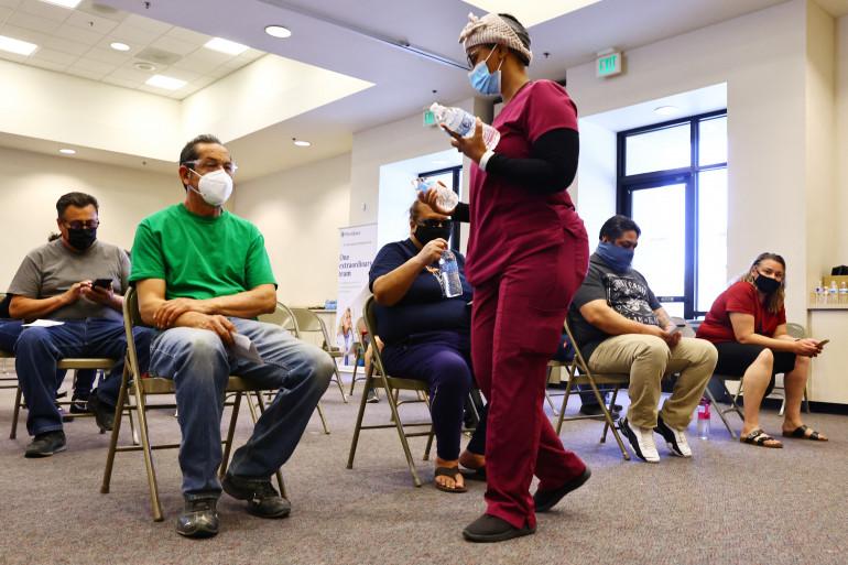Des patients attendant d'être vaccinés en Californie