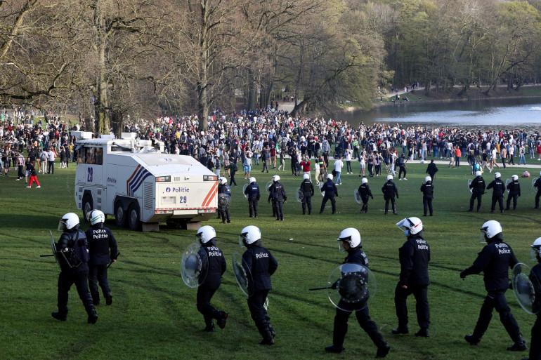 Entre 1.500 et 2.000 personnes se sont rassemblées dans le parc du Bois de la Cambre à Bruxelles jeudi 1er avril lors d'un faux évènement organisé sur Facebook