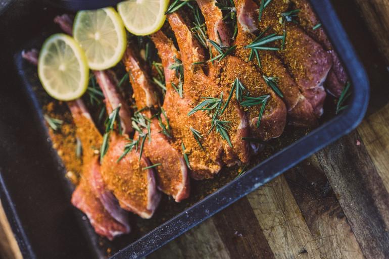 De la viande d'agneau avec du citron et des épices