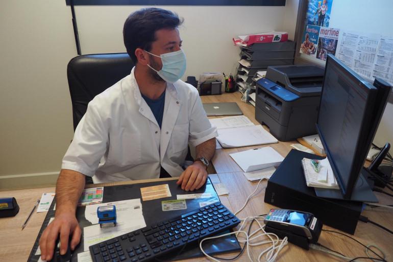 Le Dr Jardel dans un cabinet d'un médecin qu'il remplace