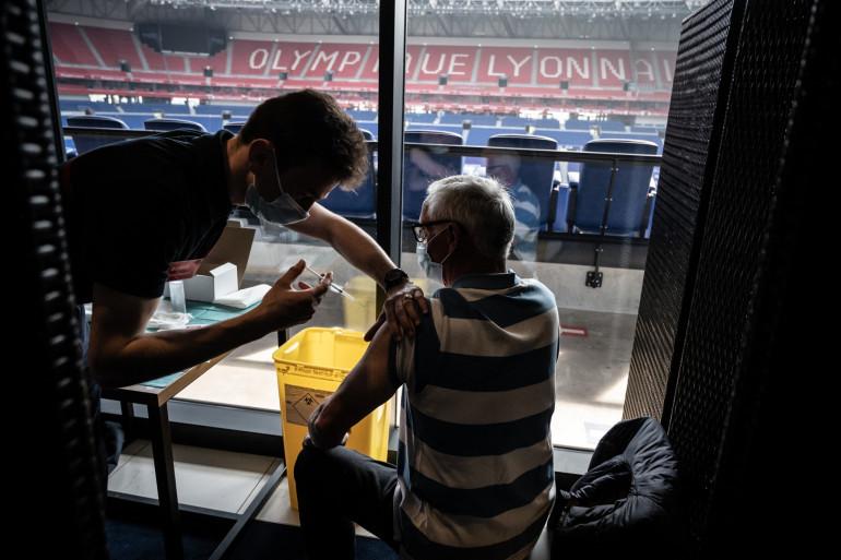 Un homme se fait vacciner au Groupama stadium de l'OL le 3 avril 2021