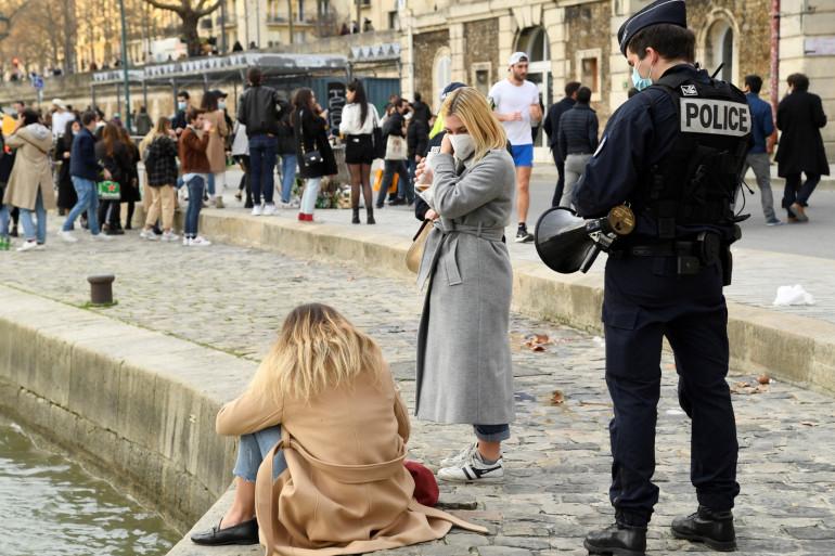 Un contrôle de police sur les quais de Seine, le 20 février 2021.