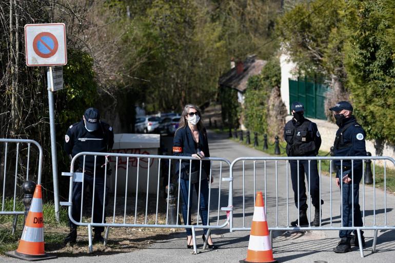 Les forces de police près du domicile de Bernard et Dominique Tapie