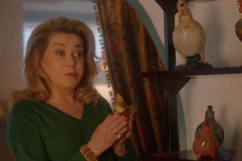 Catherine Deneuve et ses poules en porcelaine dans une publicité inédite