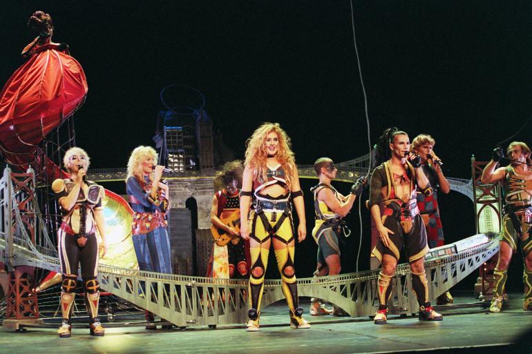 """Luce Dufault et Bruno Pelletier sur la scène du théâtre Mogador en 1993 pour le spectacle """"Starmania"""""""