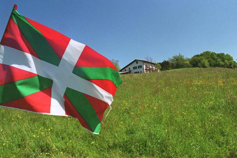 Le drapeau basque flottant à Arcangues le 18 avril 2001 (illustration).