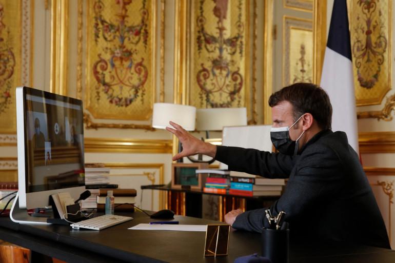 Emmanuel Macron le mardi 6 avril en visioconférence avec des professeurs et élèves d'un établissement scolaire d'Oraison, dans les Alpes-de-Haute-Provence.
