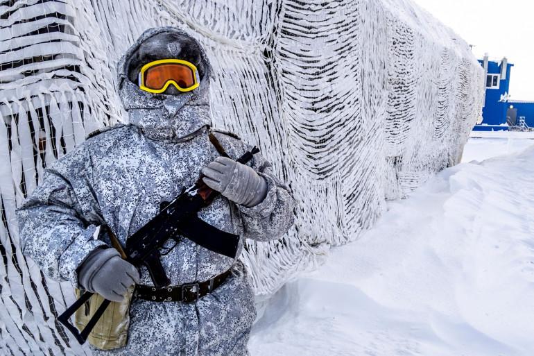 Un soldat russe sur la base arctique de l'île de Kotelny, en avril 2019