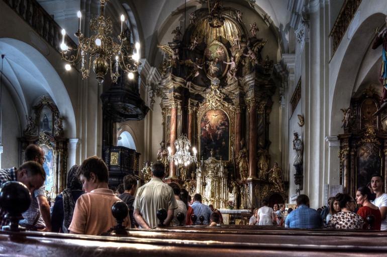 Une messe dans une église (illustration)