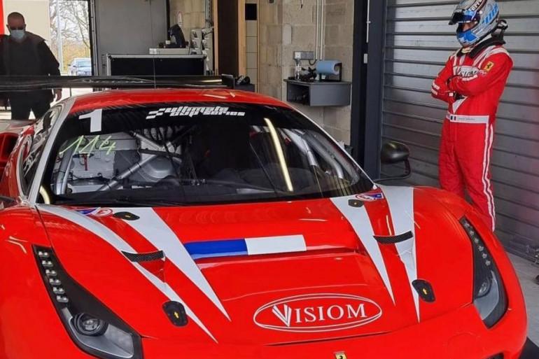 David Hallyday à côté de sa Ferrari lors des essais en mars 2021 à Dijon