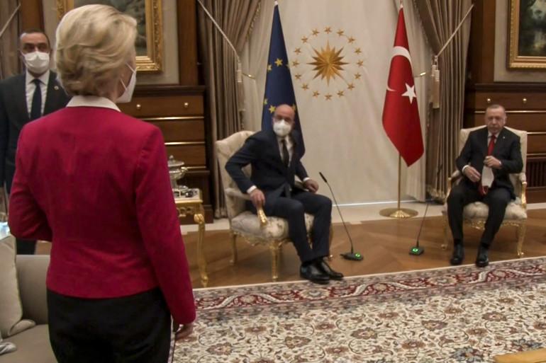 Ursula von der Leyen restée debout en visite à Erdogan.