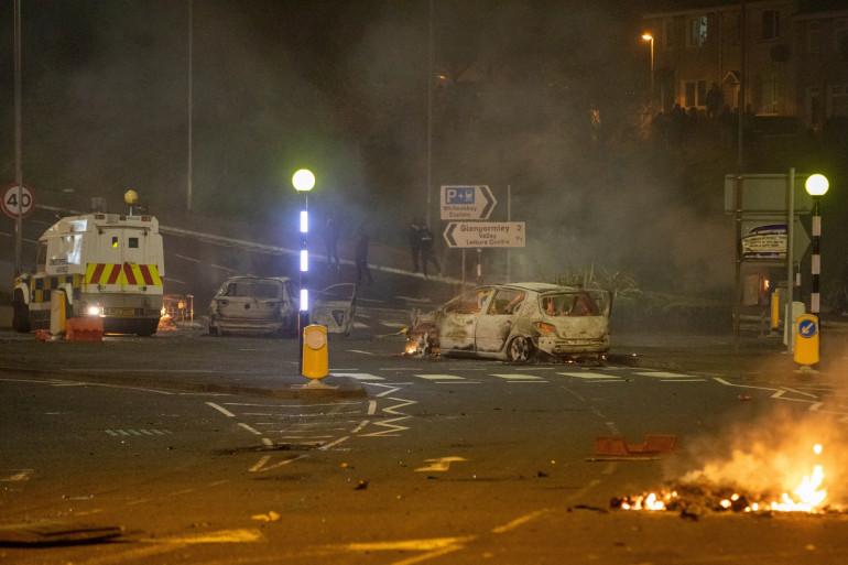Une voiture brûlée et des flammes à Newtownabbey, au nord de Belfast, en Irlande du Nord le 3 avril 2021.