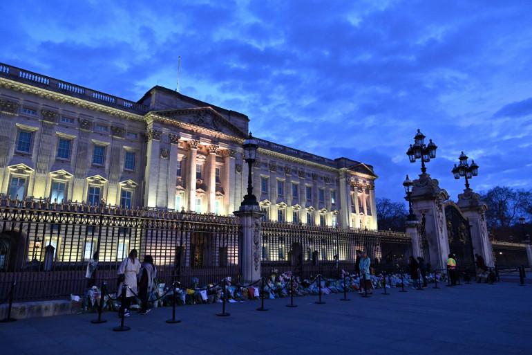 Après l'annonce de la mort du prince Philip le vendredi 9 avril, les Londoniens rendent hommage au duc d'Edimbourg devant Buckingham Palace, dans le centre de Londres au Royaume-Uni.