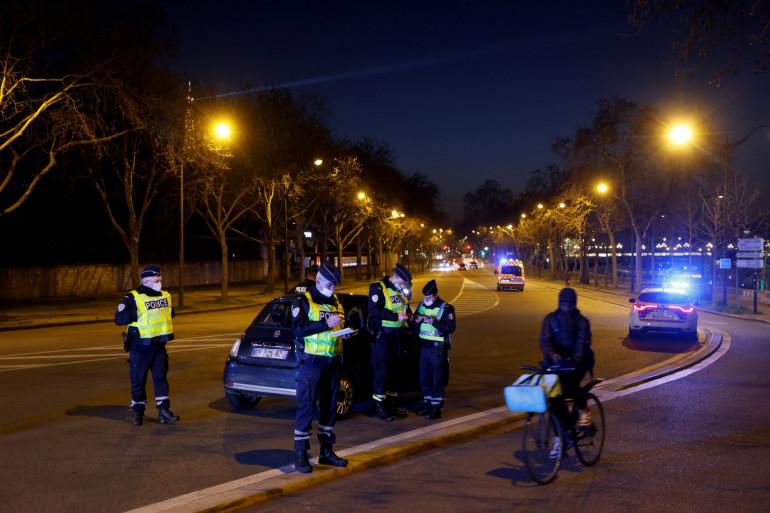 Des policiers procèdent à un contrôle à Paris (illustration).