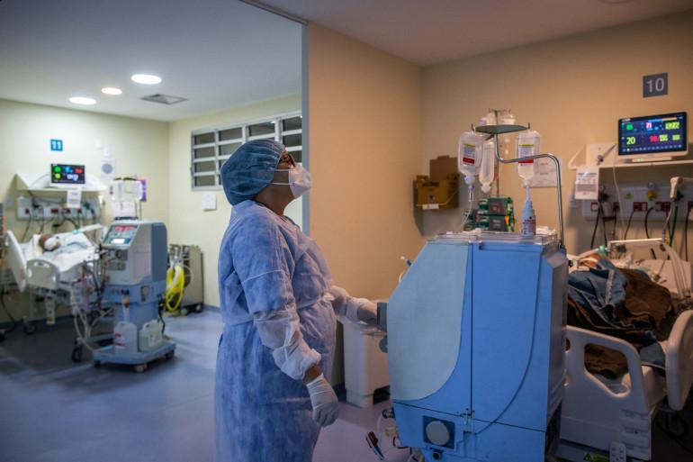 Un agent de santé s'occupe d'un patient atteint du Covid-19 dans une unité de soins intensifs de l'hôpital municipal public Ronaldo Gazolla de Rio de Janeiro, au Brésil, le 5 mars 2021.