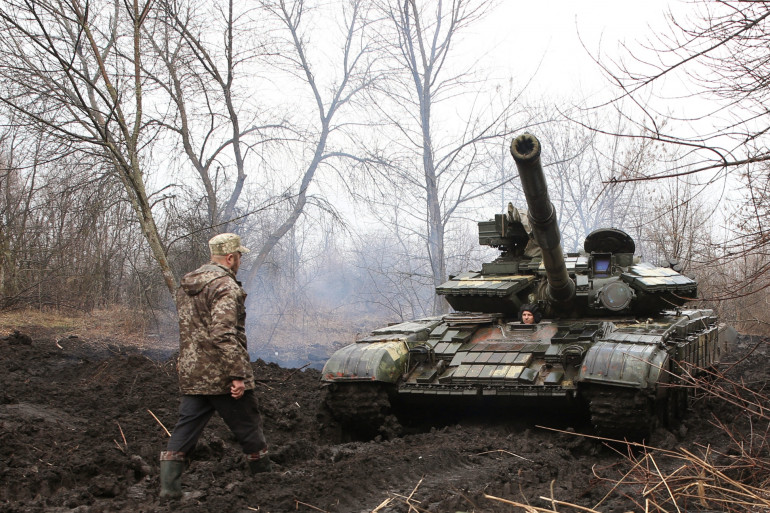 Des militaires ukrainiens près de la ligne de front avec des séparatistes pro-russes, près de Lysychansk, le 7 avril 2021.
