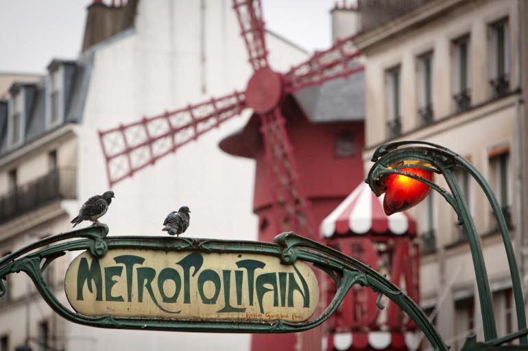 Une entrée de la station de métro Pigalle, à Paris.