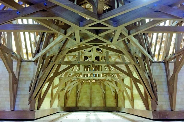La charpente en bois du modèle de la cathédrale Notre-Dame de Paris.