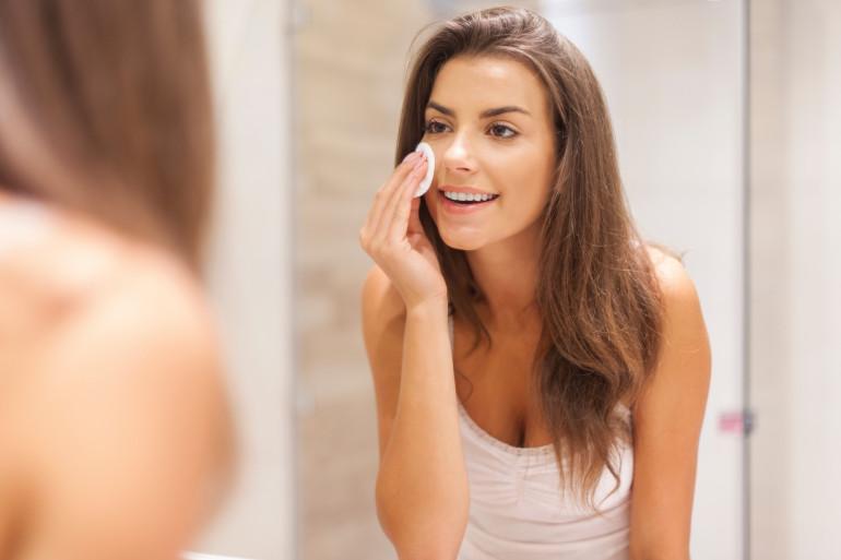 Les boutons d'acné peuvent être aggravés par le soleil