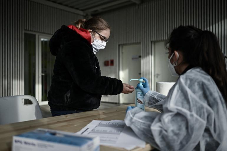 Une élève s'apprête à réaliser un test salivaire dans une école d'Eysine près de Bordeaux le 25 février 2021.