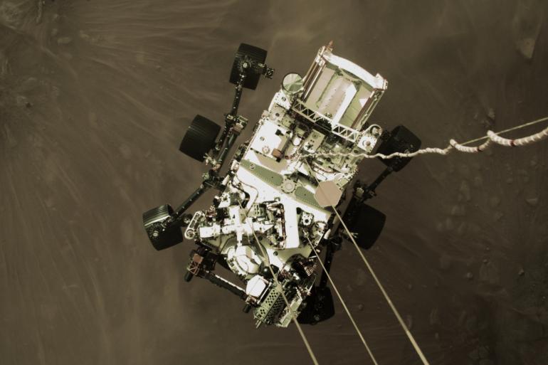 Vue d'en haut du rover Perseverance s'approchant de la surface de Mars