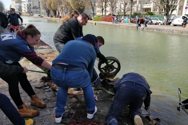 L'équipe de l'association Aimant Club Pavillonnais 93 en train de récupérer des objets dans un canal à Pantin.