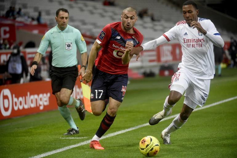 Le Lillois Burak Yilmaz au duel avec le Lyonnais Marcelo le 1er novembre 2020