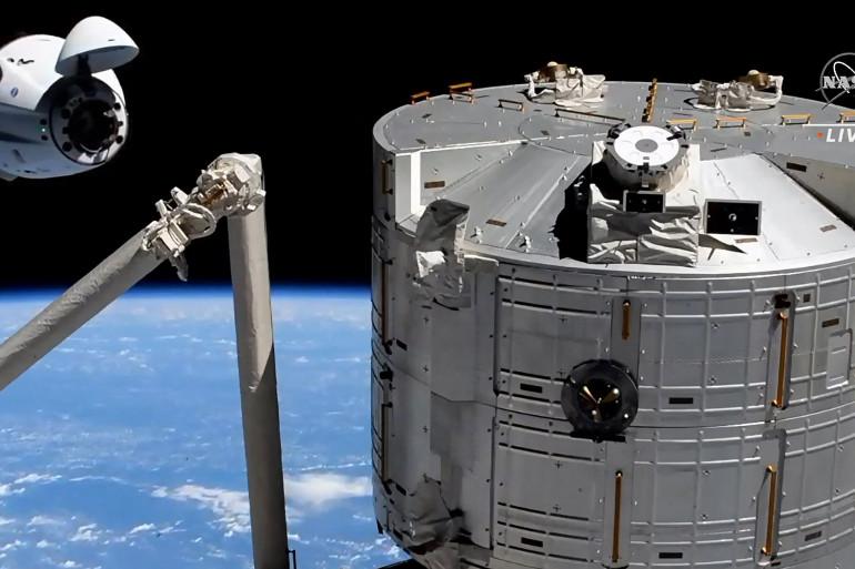 La capsule Crew Dragon de SpaceX à l'approche  l'arrimage à la station spatiale internationale