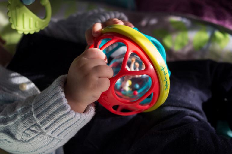 Un enfant avec son jouet (illustration).