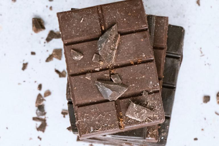 Des tablettes de chocolat noir (illustration).